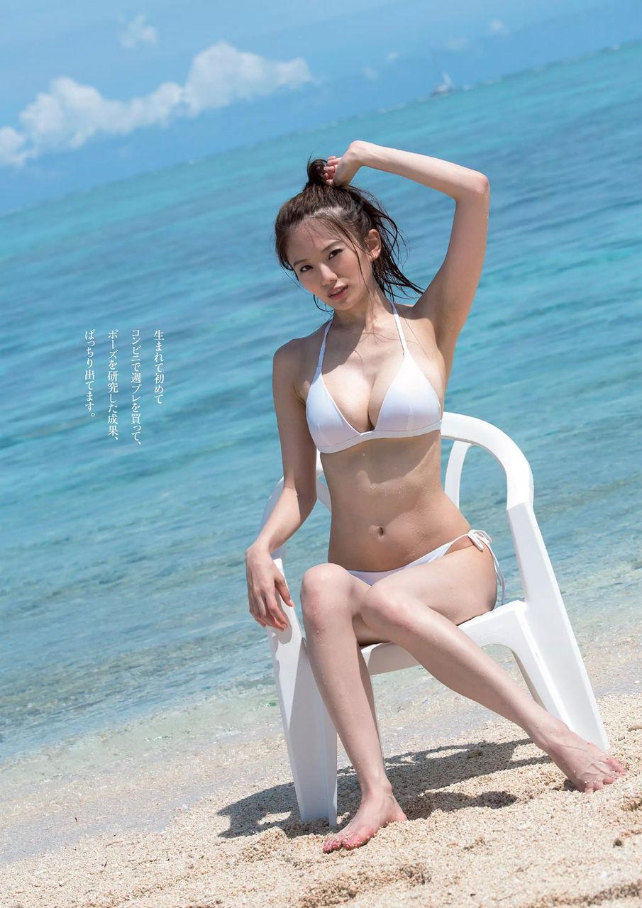 まぶしい砂浜にいる伊東紗治子です。