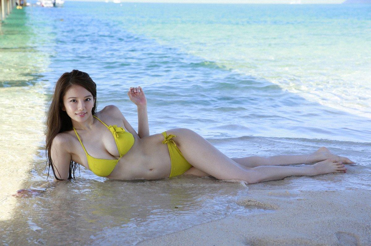 波打ち際に横たわる伊東紗治子です。