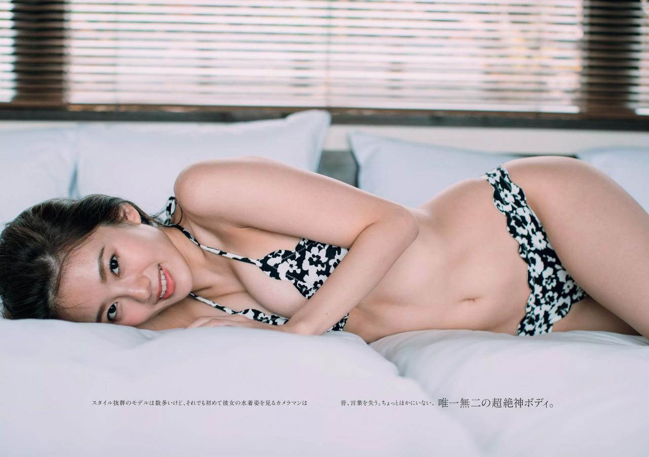 ベッドに横たわる伊東紗治子です。