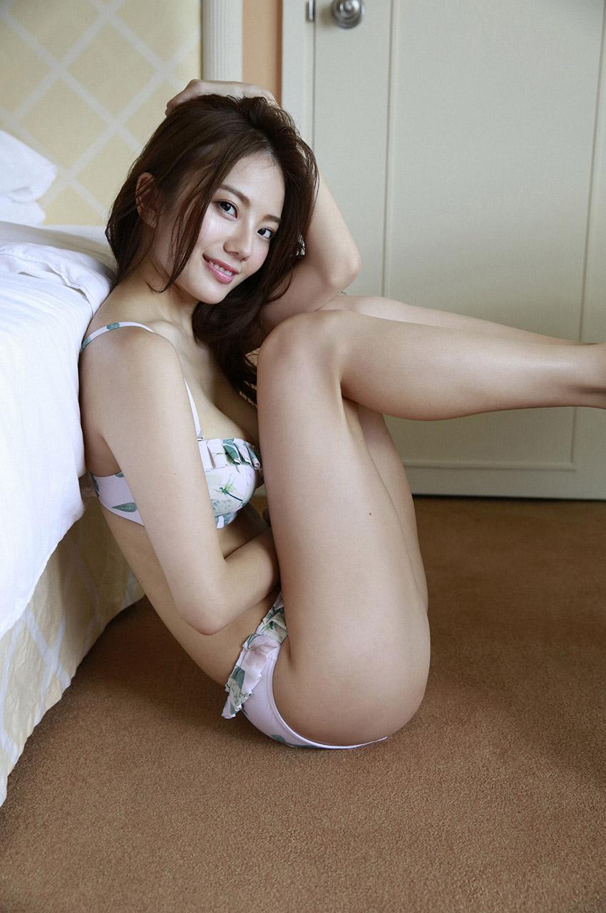 横向きがセクシーな伊東紗治子です。