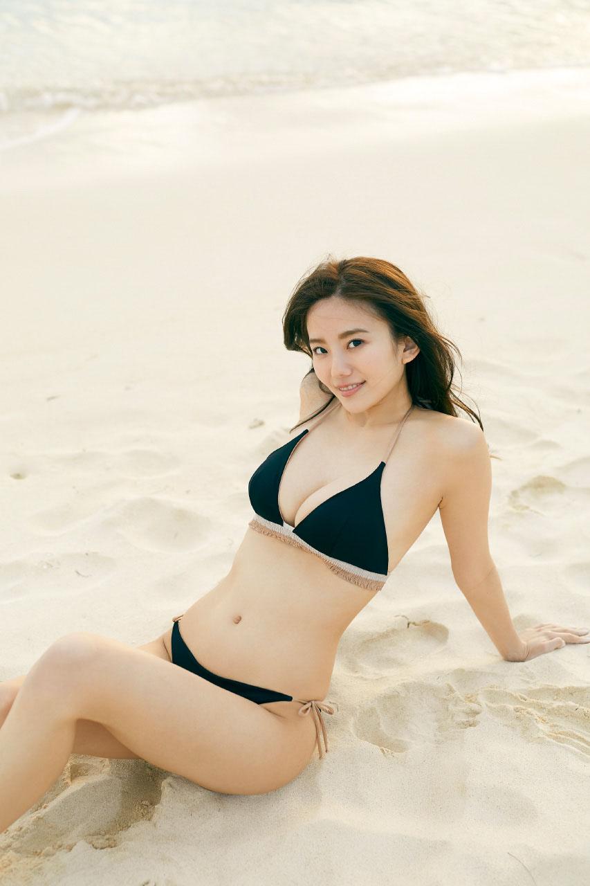砂浜に座る伊東紗治子です。