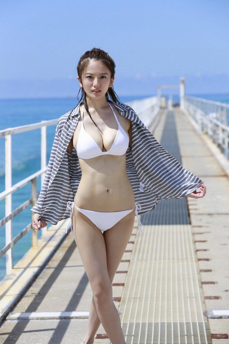 ストライプのパーカーを着る伊東紗治子です。