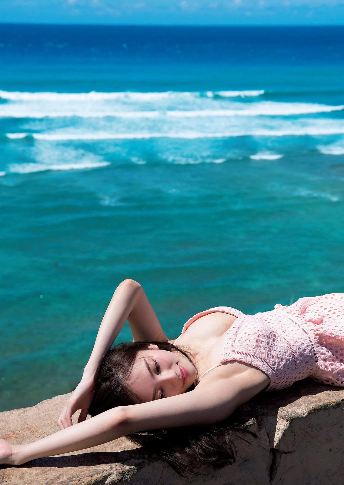 波の横にいる伊東紗治子の画像です。
