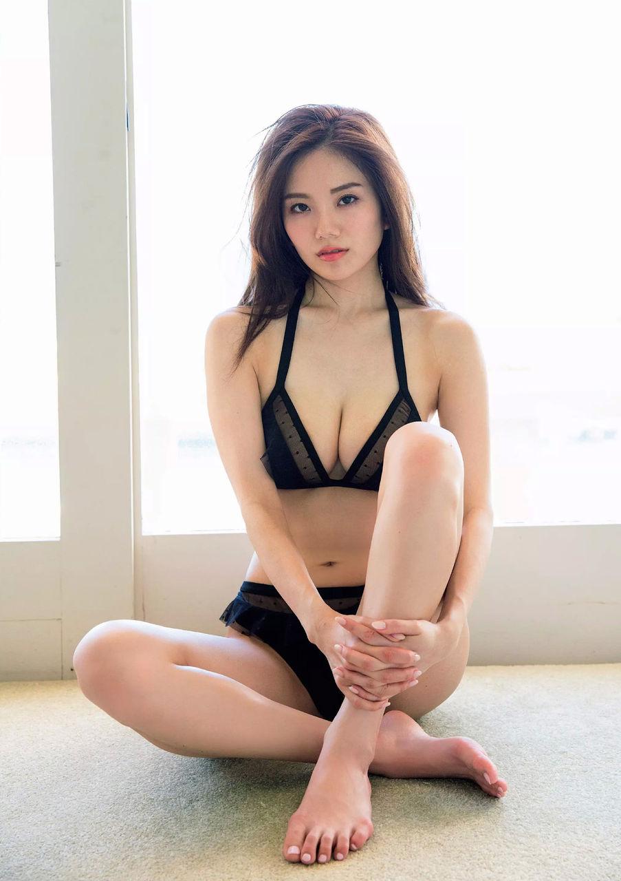 伊東紗治子の片ひざを立てる画像です。