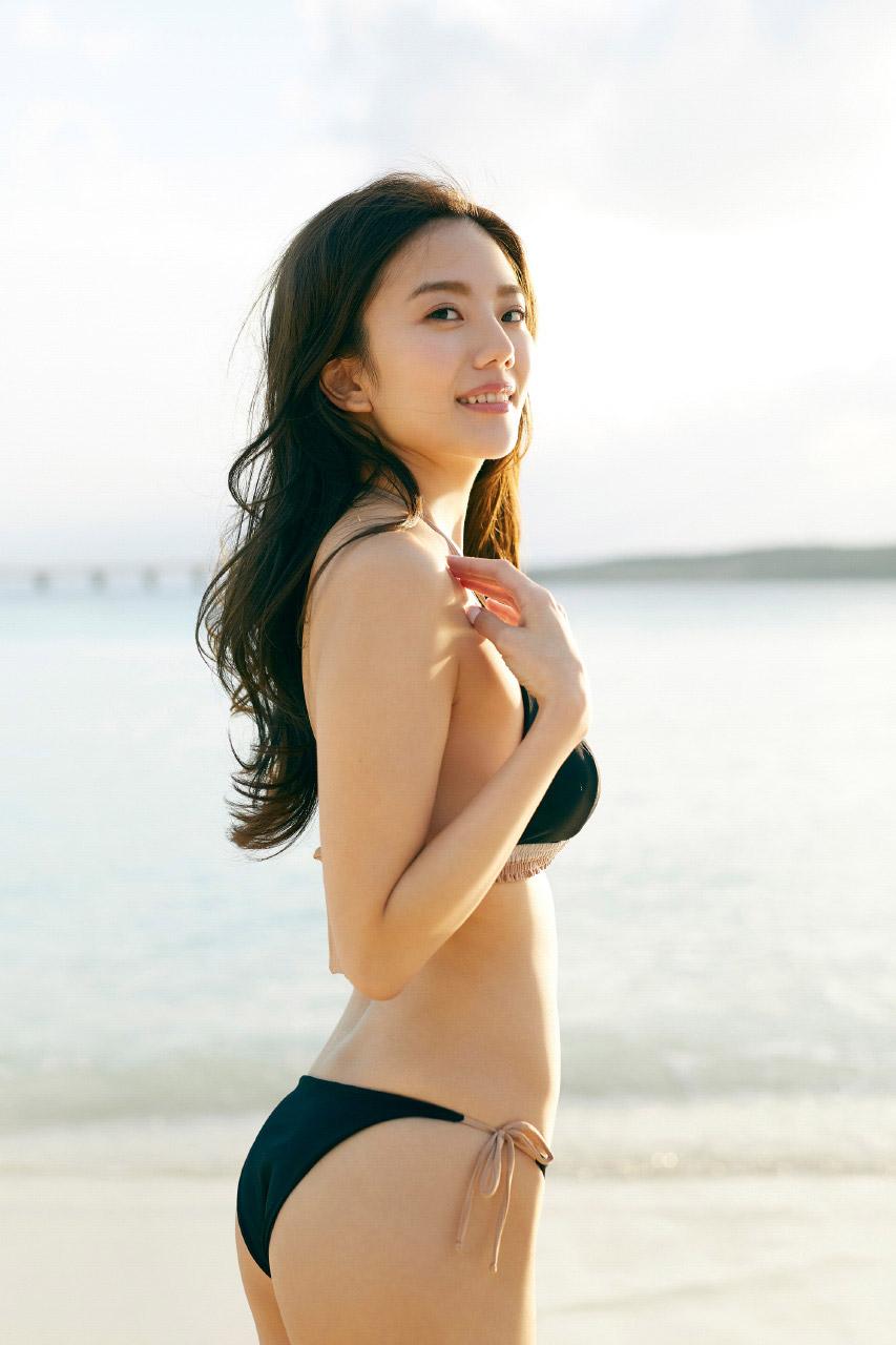 振り返るセクシーなポーズの伊東紗治子です。