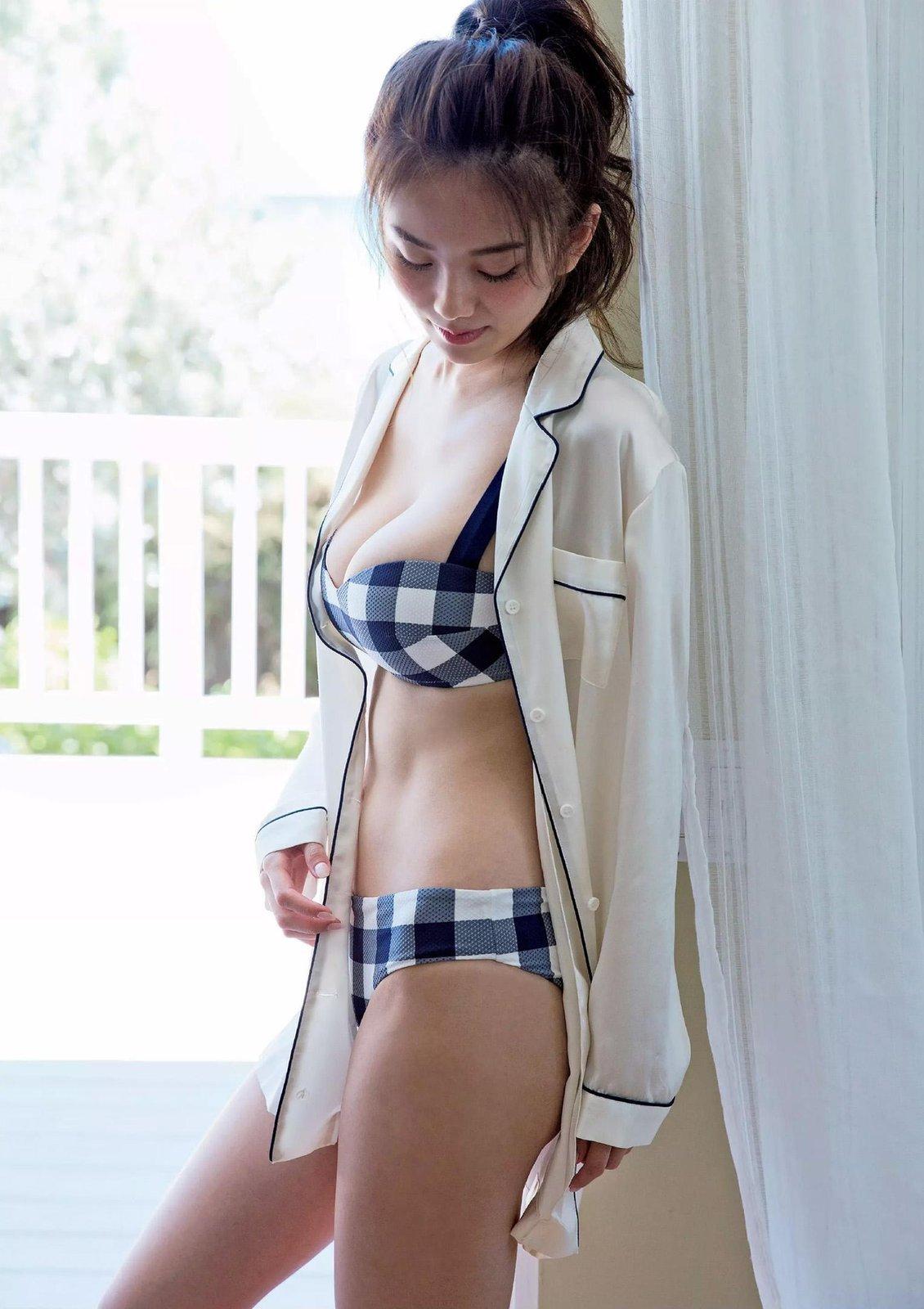 窓辺に立つ伊東紗治子です。