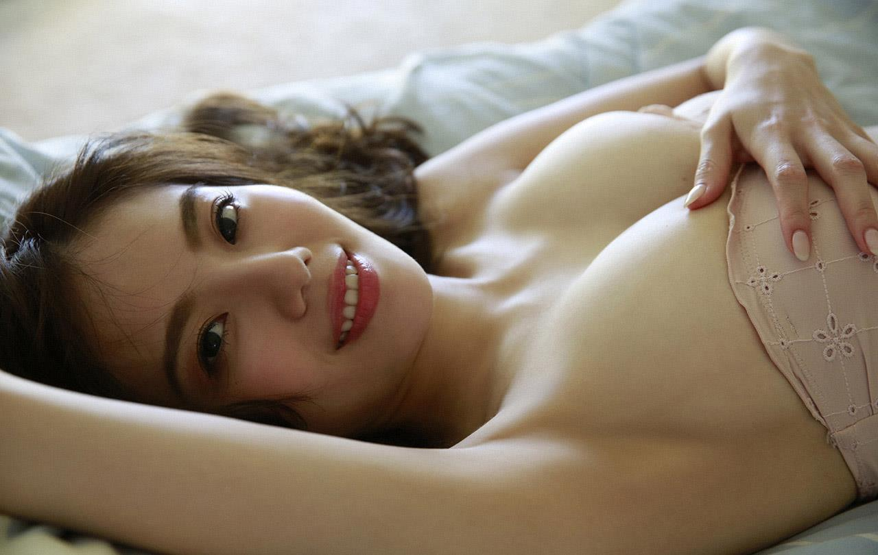 横たわる伊東紗治子です。