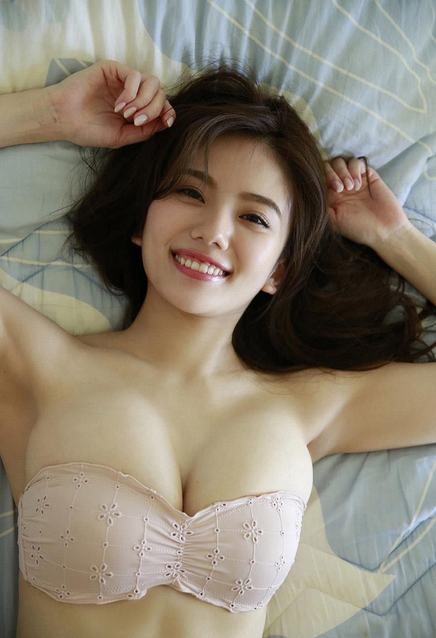 ピンクのビキニの伊東紗治子です。