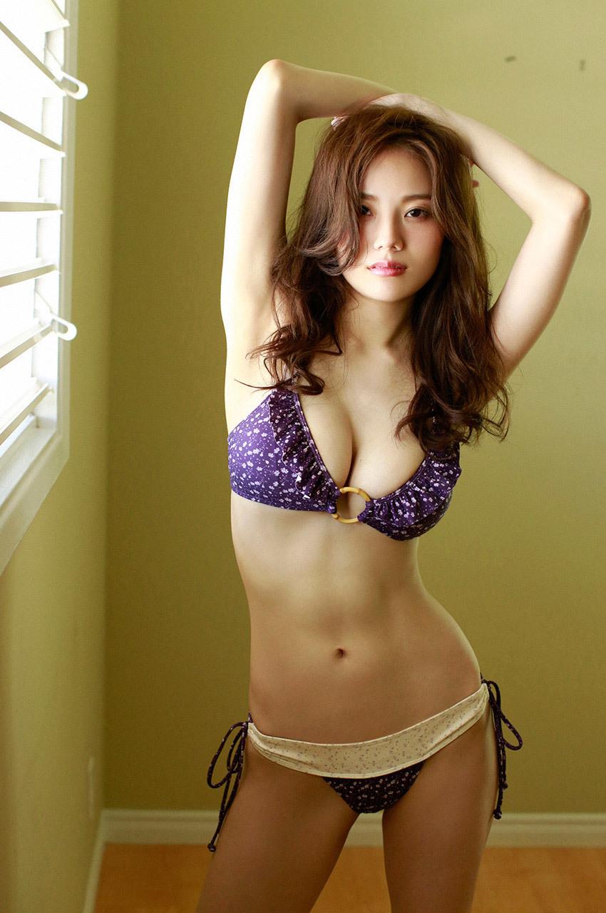 紫色のビキ二の伊東紗治子です