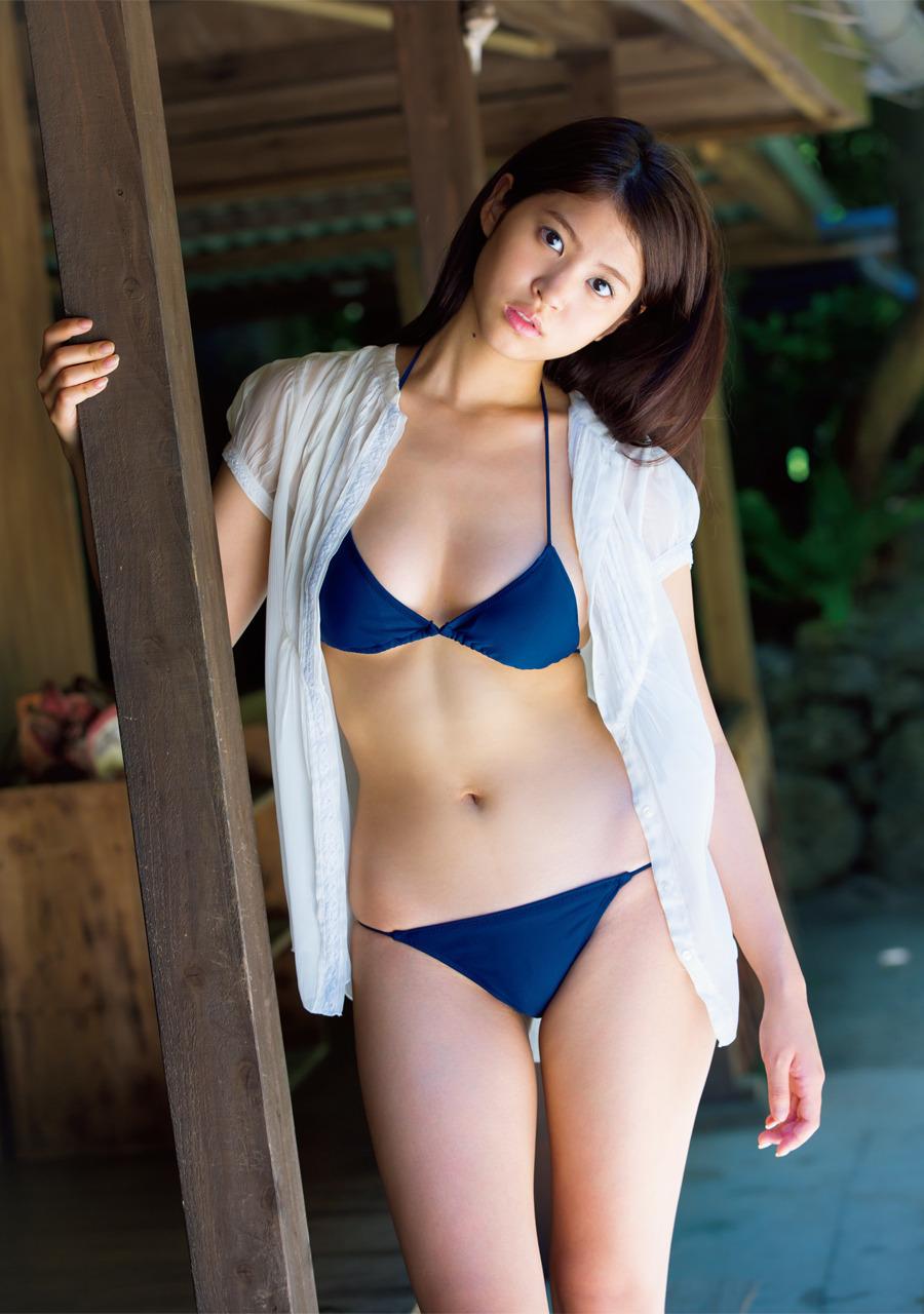 青の水着がセクシーな西崎莉麻の画像♪